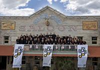 Die Teamer auf dem Balkon des neuen Saloons