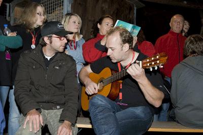 Campleiter Christoph Karle an der Gitarre