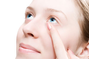 Frau mit Kontaktlinse