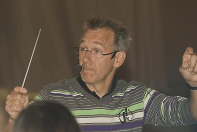 Peter Kleine Schaars dirigiert das A-Orchester