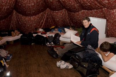 Teamer Franz Schindler beim Geschichten lesen